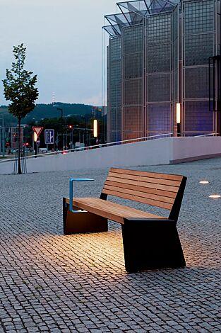 Sitzbank RADIUM mit Rückenlehne, mit Jatobaholzbelattung, Stahlteile RAL 9005 tiefschwarz, USB-Anschluss (Zubehör) und Ablagetisch (auf Anfrage)