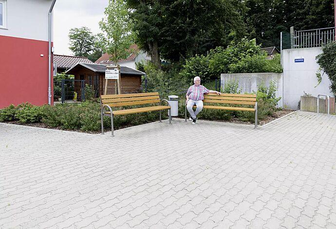Senioren-Sitzbank SAN REMO mit Rückenlehne und Armlehnen, mit Fichteholzbelattung und Abfallbehälter KINGSTON