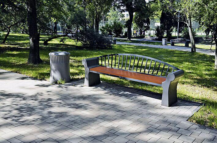 Sitzbank SAVONA mit Rückenlehne, Stahlteile in RAL 7021 schwarzgrau, Beton beschichtet in Farbe graphit, Abfallbehälter SAVONA, Beton beschichetet in Farbe grau