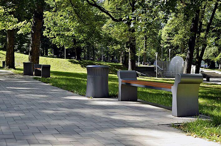 Sitzbank SAVONA ohne Rückenlehne, Stahlteile in RAL 7021 graualuminium, Beton beschichtet in Farbe grau, Abfallbehälter SAVONA, Beton beschichtet in Farbe grau
