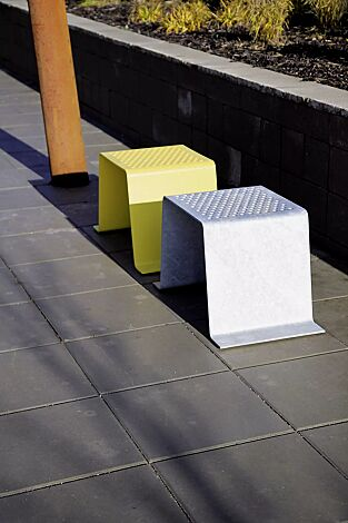 Sitze SINUS ohne Kunststoffnommen, in RAL 9006 weißaluminium und in RAL 1023 verkehrsgelb (auf Anfrage)