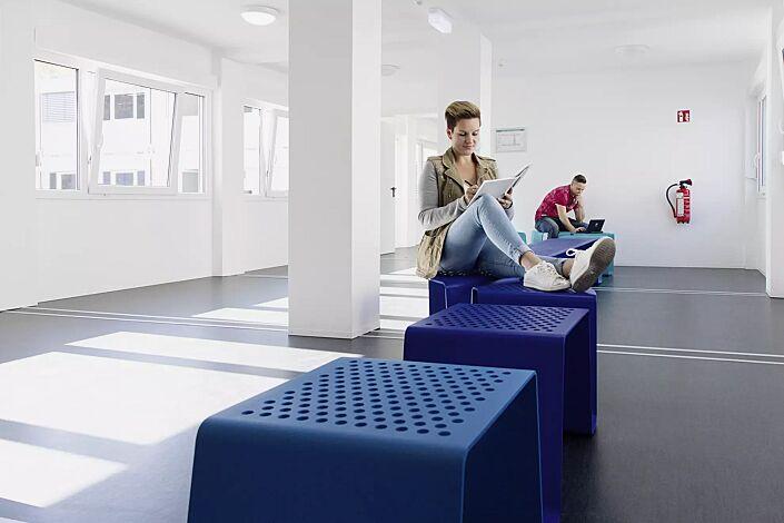 Sitz SINUS gerade und gebogen, ohne Kunststoffnoppen, in RAL 5002 ultramarinblau und 5018 türkisblau (Sonderfarbe auf Anfrage)