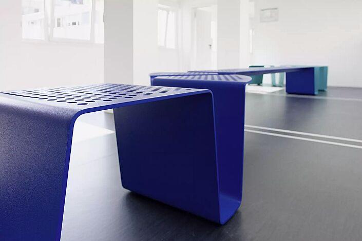 Sitz SINUS gerade und gebogen, ohne Kunststoffnoppen, in RAL 5002 ultramarinblau und RAL 5018 türkisblau (Sonderfarbe auf Anfrage)