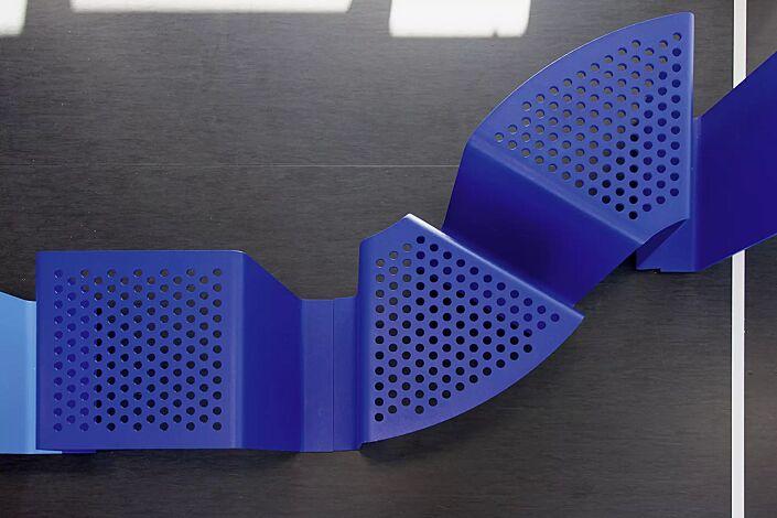 Sitz SINUS gerade und gebogen, ohne Kunststoffnoppen, in RAL 5002 ultramarinblau und RAL 5012 lichtblau (Sonderfarbe auf Anfrage)