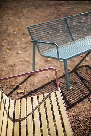 Detail: Sitzfläche aus Robinienholz und Rundstahl