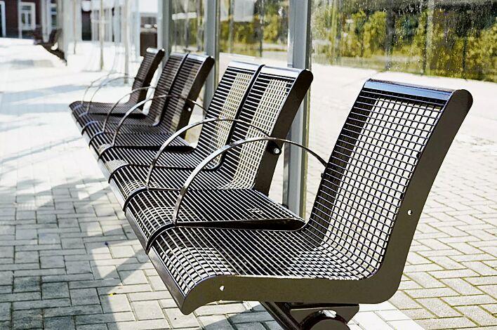 Drahtgittersitze LINUS zum Aufdübeln, Kombination aus 2 x 1-Sitzer, 2 x 2-Sitzer mit Rückenlehne, mit 6 Armlehnen, in RAL 8014 sepiabraun
