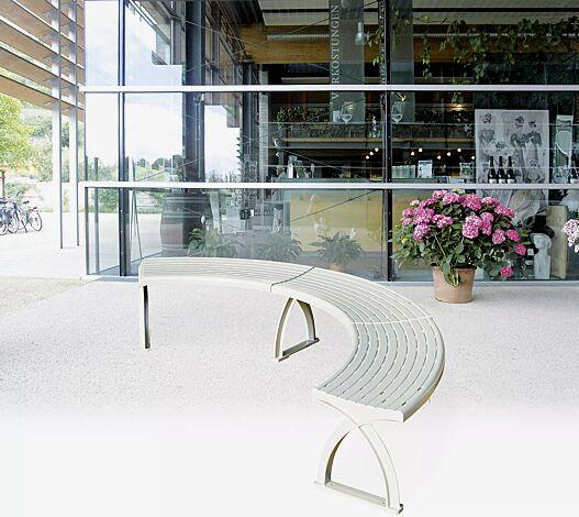 Sitzbank VASTO bestehend aus 3 x Sitzelement 45° gebogen und 4 x Hockerfuß