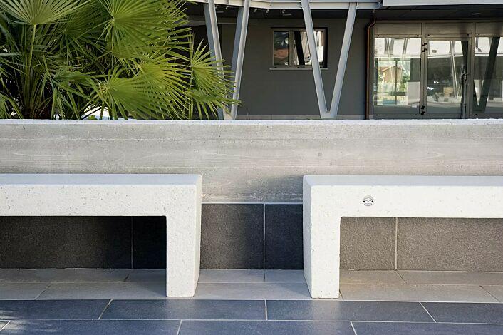 Sitzbank VENEZIANO aus Beton, Sitzfläche geschliffen, in Granitoptik weiß