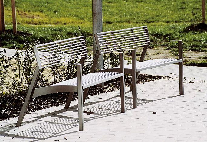 Sitzbank VERA mit Rückenlehne und Armlehnen, mit Edelstahl-Rundstahlauflage, Stahlteile in DB 703 eisenglimmer