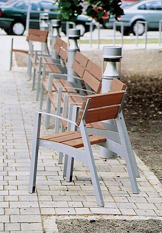 Sitz und Sitzbank VERA mit Rückenlehne und Armlehnen, mit Jatobaholzbelattung, Stahlteile in DB 703 eisenglimmer