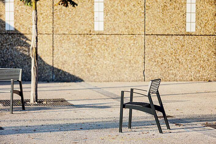 Sitz VERA mit Rückenlehne und Armlehnen, Rundstahlauflage in RAL 9007 graualuminium, Stahlteile in RAL 7016 anthrazitgrau (zweifarbig auf Anfrage)