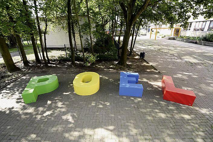 Sitzbuchstaben LETTER LINE in RAL 6018 gelbgrün, RAL 1018 zinkgelb, RAL 5015 himmelblau und RAL 3020 verkehrsrot