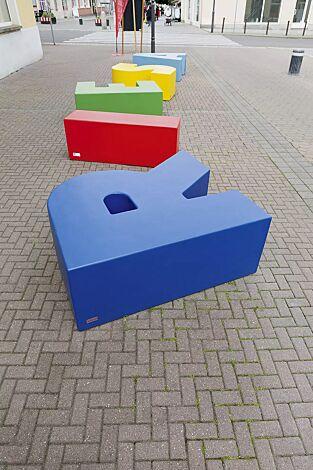 """<div id=""""container"""" class=""""container"""">Sitzbuchstaben LETTER LINE in RAL 5015 himmelblau, RAL 3020 verkehrsrot, RAL 6018 gelbgrün, RAL 1018 zinkgelb und RAL 5012 lichtblau</div>"""
