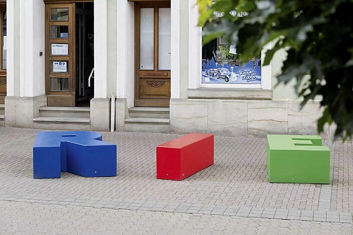 """<div id=""""container"""" class=""""container"""">Sitzbuchstaben LETTER LINE in RAL 5015 himmelblau, RAL 3020 verkehrsrot und RAL 6018 gelbgrün</div>"""