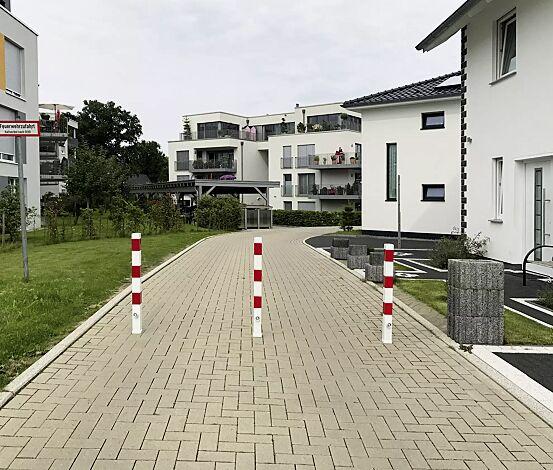 Sperrpfosten GERNIKA zum Einbetonieren, herausnehmbar aus Bodenhülse mittels Dreikantschloss, in weiß mit roten Streifen