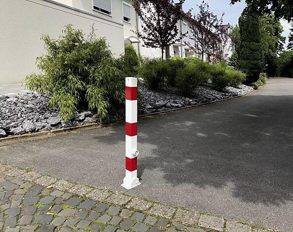 Sperrpfosten GERNIKA zum Aufdübeln, kippbar mit Bodenhülse mittels Dreikantschloss, in weiß mit roten Streifen