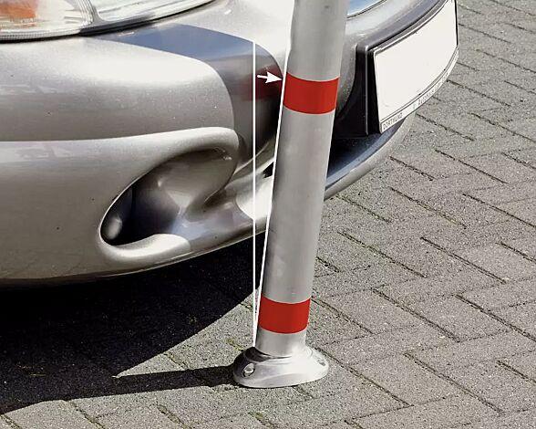 Die Bodenplatte ist mit einem Federmechanismus versehen, der den Sperrpfosten nach einem eventuellen Anfahren (bis etwa 30° Neigung) selbsttätig wieder aufrichtet.