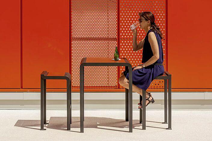 Stehtisch PAOSA, Stahlteile in DB 703 eisenglimmer, Tischauflage aus rotem Zedernholz