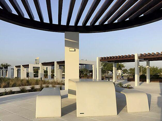 Tisch AURORA aus UTC®-Beton, in weiß und Sitzbank ALBA