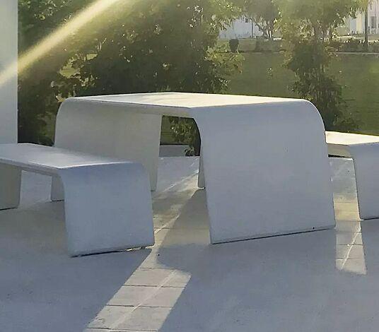 """<div id=""""container"""" class=""""container"""">Tisch AURORA aus UTC®-Beton, in weiß und Sitzbank ALBA</div>"""