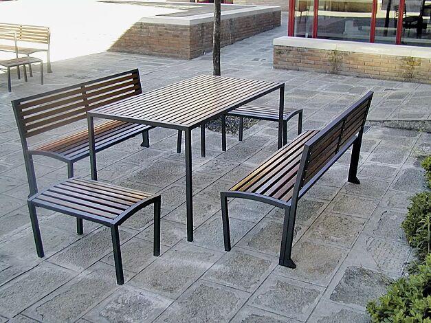 Kombinationsvorschlag: Bank-Tisch-Kombination CAMILLA mit Sapeliholzbelattung bestehend aus einem Tisch mit zwei Sitzbänken mit Rückenlehne und zwei Sitzbänken ohne Rückenlehne, Stahlteile in RAL 7016 anthrazitgrau