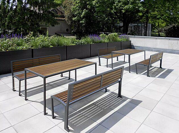 Kombinationsvorschlag: Bank-Tisch-Kombination CAMILLA mit Holzbelattung bestehend aus einem Tisch und zwei Sitzbänken mit Rückenlehne, Stahlteile in RAL 7016 anthrazitgrau