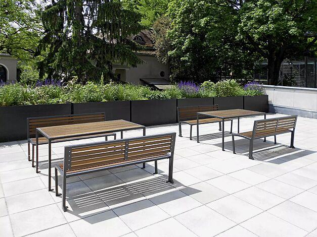 Kombinationsvorschlag: Bank-Tisch-Kombination CAMILLA mit Holzbelattung bestehend aus zwei Tischen mit je zwei Sitzbänken mit Rückenlehne, Stahlteile in RAL 7016 anthrazitgrau
