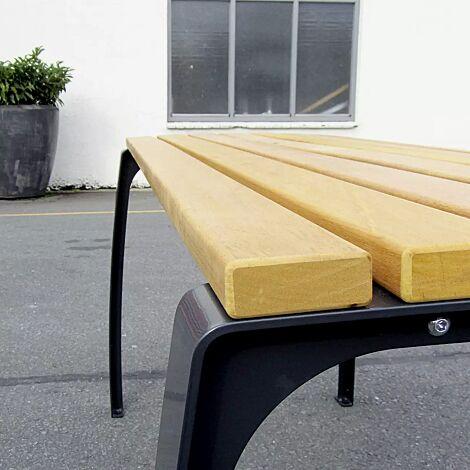 Tisch CASERTA-SENIOR mit Cumaru-Holzbelattung, Stahlteile in RAL 9005 tiefschwarz