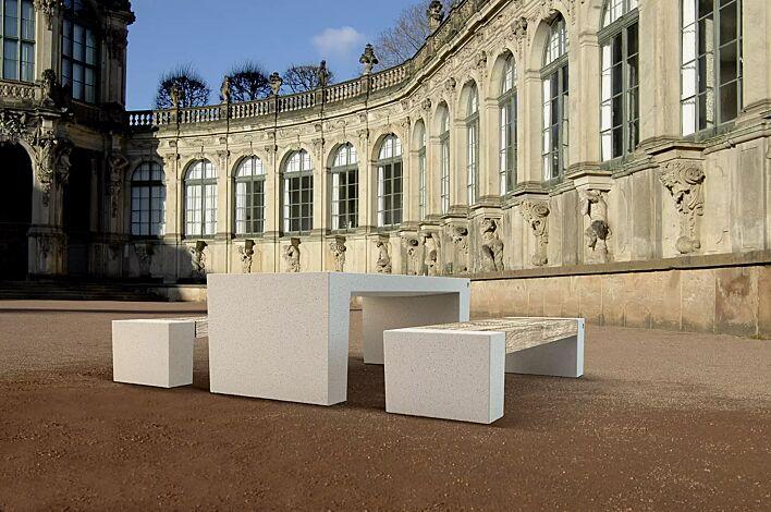 Tisch ERACLEA und Sitzbänke ERACLEA GRES aus Beton, in Granitoptik weiß, Sitzfläche mit Feinsteinzeug-Auflage in Holzoptik hell