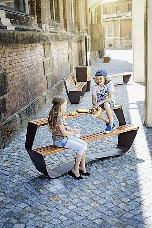 Kollektion KARMA bestehend aus Tisch, Sitzbank und Abfallbehälter