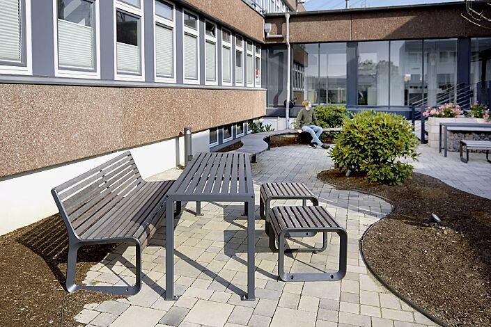 Tisch LIGURIA zum Aufdübeln, in RAL 7016 anthrazitgrau und Sitz und Sitzbank PORTIQOA mit und ohne Rückenlehne, mit Jatobaholzbelattung, Aluminiumguss in RAL 7016 anthrazitgrau (auf Anfrage)