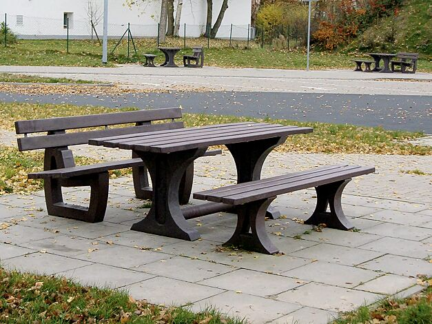 Bank-Tisch-Kombination MATERA bestehend aus Sitzbank mit Rückenlehne, Sitzbank ohne Rückenlehne und Tisch aus Recycling-Kunststoff in braun, Länge 2000 mm