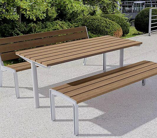 """<div id=""""container"""" class=""""container"""">Tisch MIELA und Sitzbänke MIELA mit bzw. ohne Rückenlehne, mit Jatobaholzbelattung, Stahlteile in RAL 9006 weißaluminium</div>"""