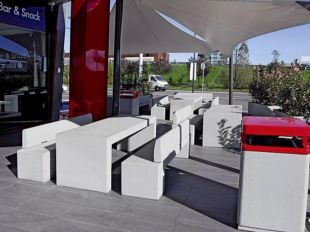 Tisch PISTOIA und Sitzbänke ALTHEA aus Beton in weiß