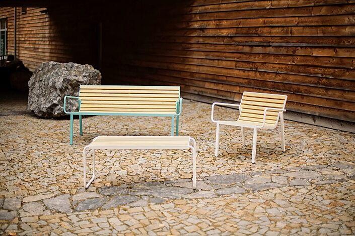 Tisch STACK, Sitzbank STACK sowie Sitz STACK mit Rückenlehne und Armlehnen, mit Robinienholzbelattung, Stahlteile in RAL 6027 lichtgrün und RAL 9010 reinweiß