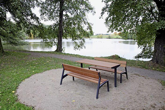 Sitzbänke VERA mit Tisch VERA SOLO (Sonderanfertigung auf Anfrage), mit Jatobaholzbelattung, Stahlteile in RAL 7022 umbragrau