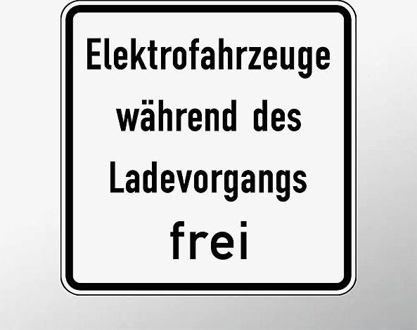 Verkehrszeichen: Elektrofahrzeuge während des Ladevorgangs frei