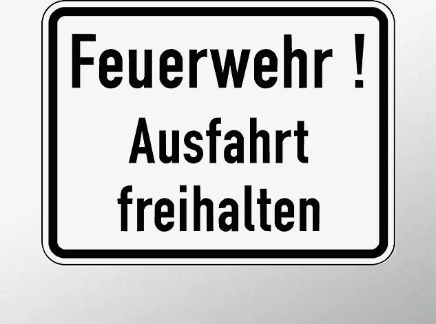 Verkehrszeichen: Feuerwehr! Ausfahrt freihalten