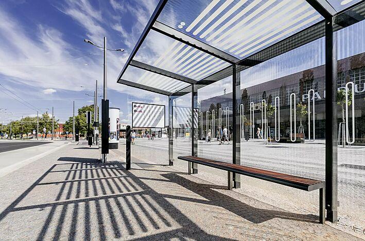 Wartehalle AUREO mit Pultdach, Seiten- und Rückwände ESG Klarglas mit Scheibendekor, inkl. Schaukasten und Sitzbänke, Stahlkonstruktion in RAL 7016 anthrazitgrau
