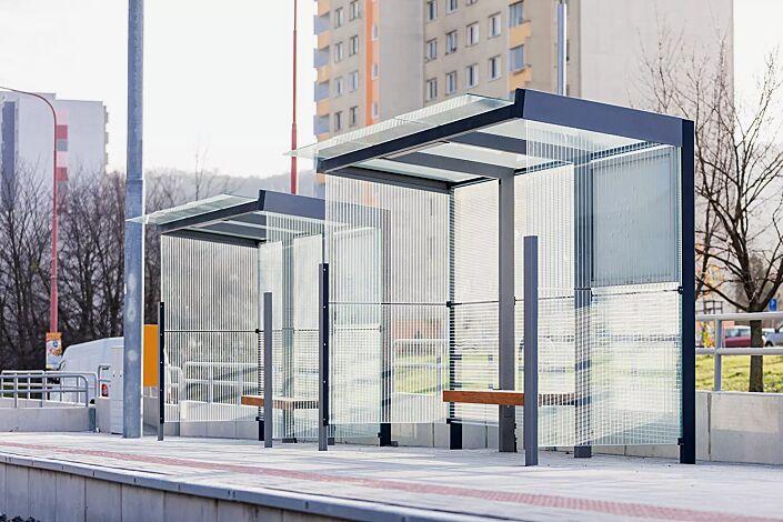 Wartehalle GEOMERE, 2 x Dachbreite x Dachtiefe 4180 mm x 1700 mm, Rück- und Seitenwände mit auftragsbezogenem Scheibendekor und Schaukasten, Sitzbank mittig, Stahlkonstruktion in RAL 7016 anthrazitgrau