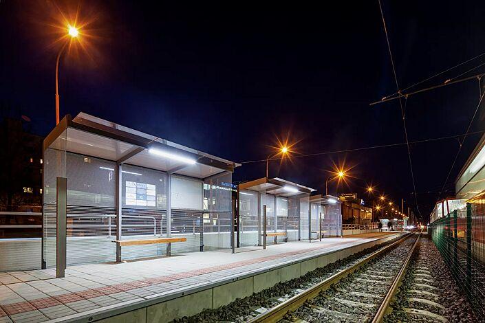 Wartehalle GEOMERE, 3 x Dachbreite x Dachtiefe 4180 mm x 1700 mm, Rück- und Seitenwände mit auftragsbezogenem Scheibendekor und Schaukasten, Sitzbank mittig, Stahlkonstruktion in RAL 7016 anthrazitgrau