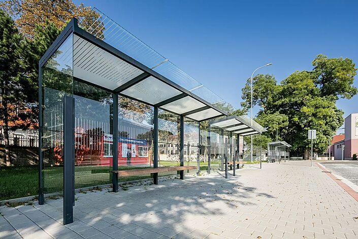 Wartehalle GEOMERE, Dachbreite x Dachtiefe 5540 mm x 1700 mm, mit Rück- und Seitenwänden, Sitzbank mittig, Stahlkonstruktion in RAL 7016 anthrazitgrau