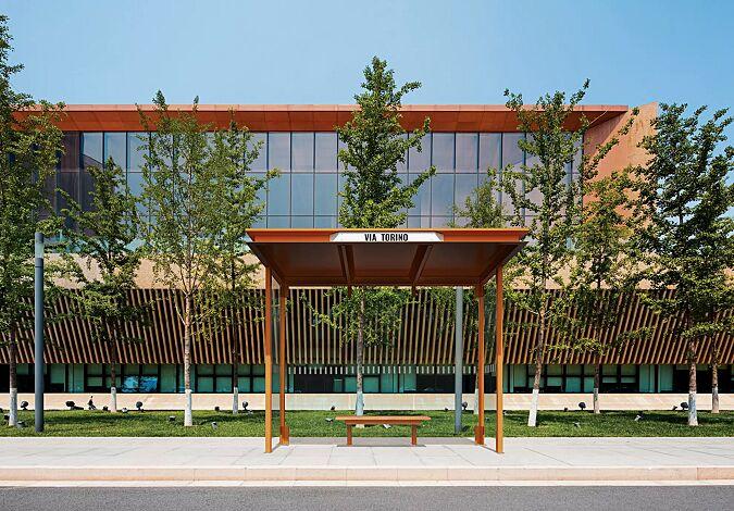 Wartehalle HOREC, Dachbreite x Dachtiefe 2955 mm x 1484 mm, mit Rück- und Seitenwänden Verbundsicherheitsglas (VSG), mit Sichtstreifen (auftragsbezogen), Sitzbank mittig, Stahlkonstruktion auftragsbezogen in RAL 2000 gelborange, Stationsschild auftragsbezogene Anpassung in RAL 9016 verkehrsweiß
