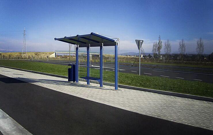 Wartehalle YCARO, Dachbreite x Dachtiefe 3310 mm x 1743 mm, Handlauf und Sitzbank mittig, mit Abfallbehälter HERA, Stahlkonstruktion in RAL 5010 enzianblau