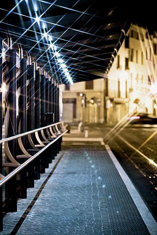 Wartehalle YCARO, auftragsbezogene Anpassung der Dachbreite x Dachtiefe 14598 mm x 1743 mm, mit Anlehnbank, LED-Beleuchtung, Schaukästen und bauseitiger Werbefolie, Stahlkonstruktion in RAL 7016 anthrazitgrau