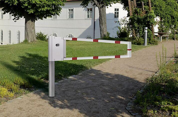 """<div id=""""container"""" class=""""container"""">Wegesperre RAAHE, Sperrbreite 1,5 m, feuerverzinkt und weiß pulverbeschichtet mit roten Reflexstreifen </div>"""