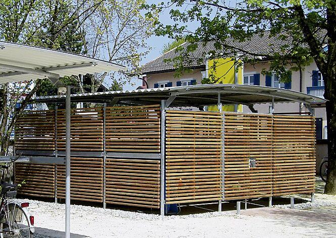 Wertstoffüberdachung BWA bausystem®, Dachbreite x Dachtiefe 4600 mm x 5600 mm, Stahlkonstruktion feuerverzinkt, Seitenwände und Doppelflügeltür aus Lärchenholz